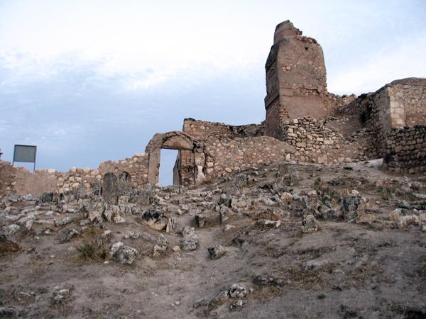 142_Graeber-und-Ruinen-in-Zitadelle