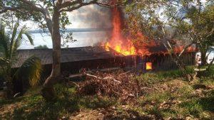 Haus von Maria Leusa Kaba von Mob in Brand gesetzt.